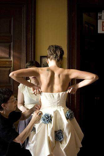 Ajustes de ultimo minuto al vestido conllevan gastos extra.