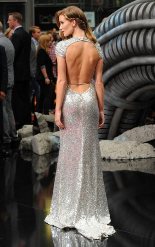 Alucinante vestido de novia con espalda descubierta en plateado. Brillo de lentejuelas de la caída sensual.