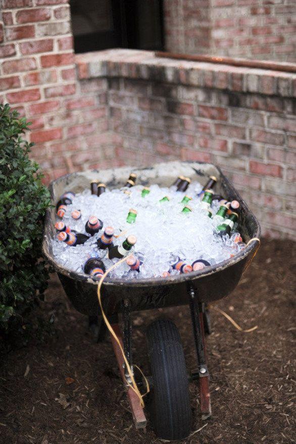 Barra de bebidas en una carretilla. Ahorrate el bartender en tu boda country shabby chic!