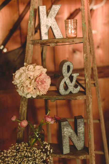 Boda country shabby chic con toque vintage de la escalera en el granero Willoughby Heritage Farm en Illinois