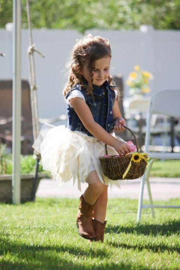 Botas de cowboy y girasoles para la flower girl en esta boda country shabby chic