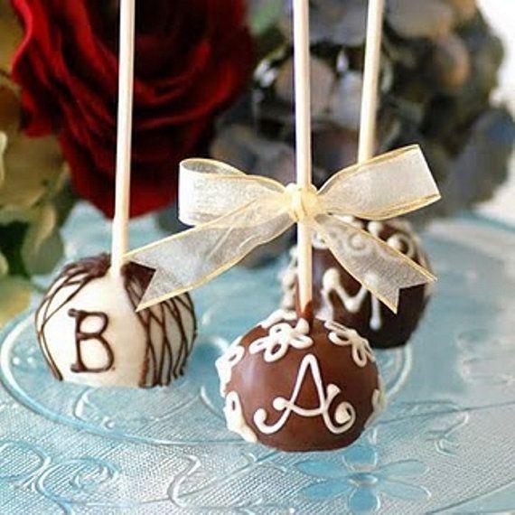 Originales Cake Pops bañados en chocolate con las iniciales de los novios