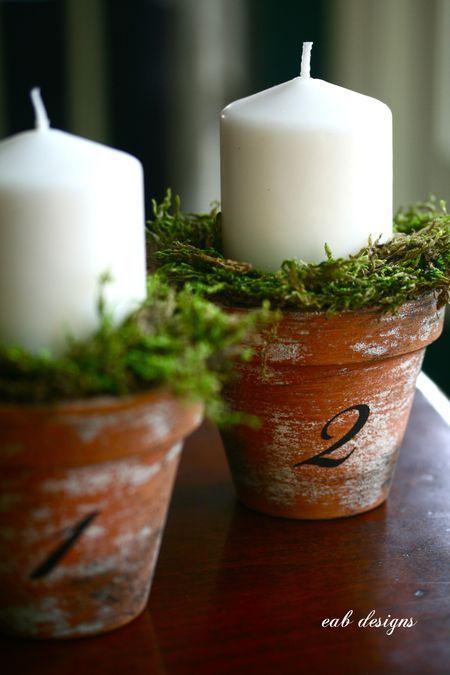 Números de mesa incorporados en los centros de mesa. Macetas, musgo y velas. Simples, económicos y ecológicos.