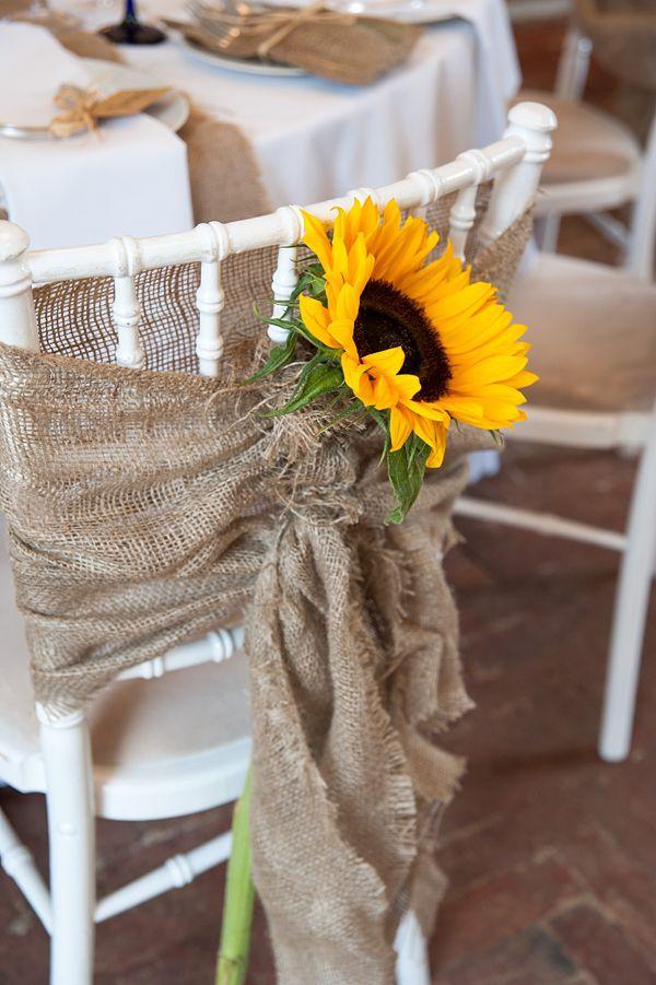 Como decorar las sillas para una boda country shabby chic. Un girasol y mucha arpillera.