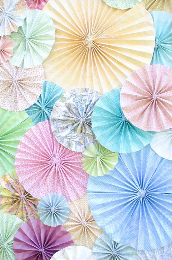 Crea tu fondo de photocall cubriendo una pared con rosetones de papel. Como hacer un Photocall de boda