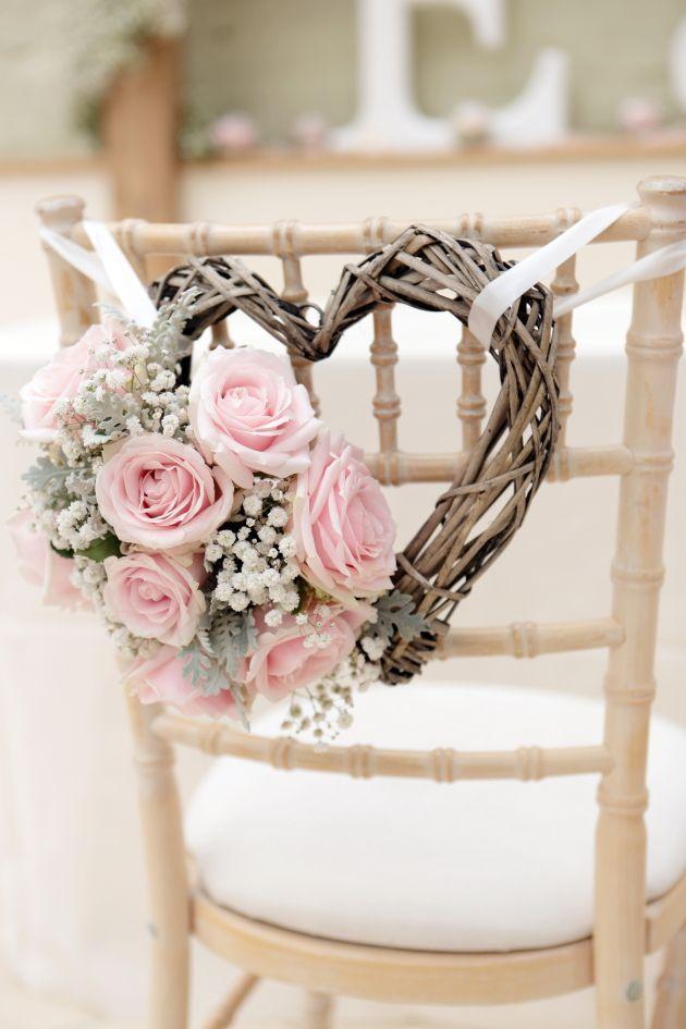 Si lo deseas puedes cambiar las rosas por girasoles ¡y ahorrar un poco! Decoración de sillas para una boda country shabby chic