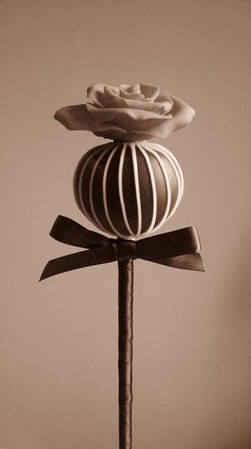Delicioso chocolate con trufa en forma de rosa por Cakes by Lyndsey