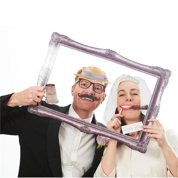 El marco de un cuadro se transforma en una foto divertida. Atrezzos para photocall de boda
