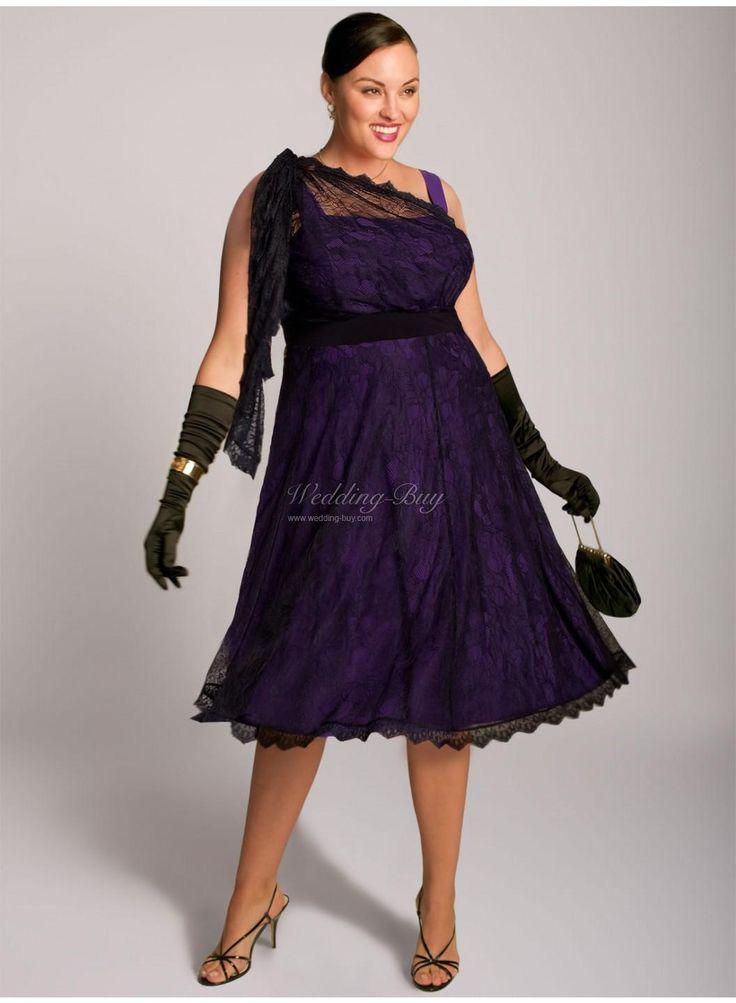 En color morado muy dramático este vestido corto de encaje es perfecto para novias gorditas.