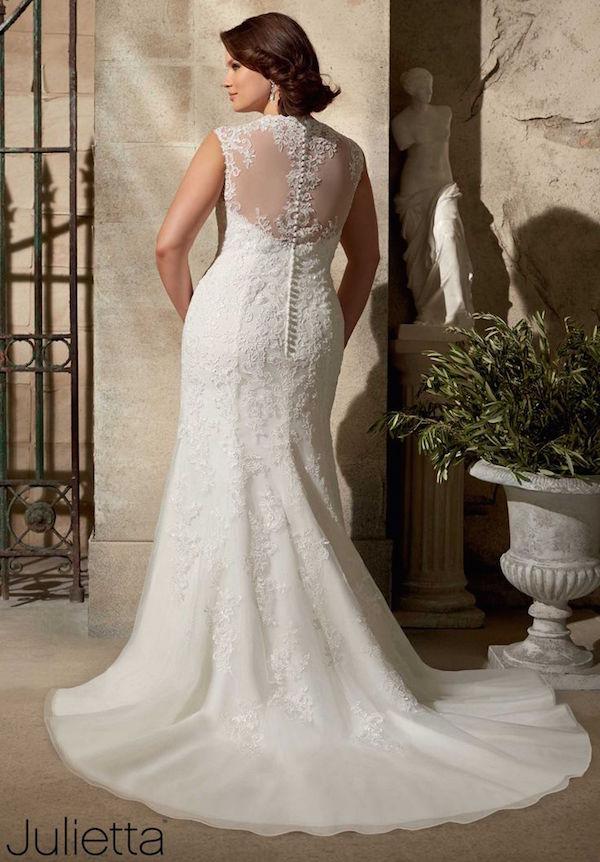 Espalda ilusión con efecto tattoo lace en este vestido con cola catedral de Julietta por Mori Lee