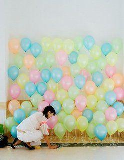 Photo Booth! Globos de diferentes colores suaves, elige los colores que mas te gusten, y asómate desde atrás!!! Ideas de Photocall de Boda Originales
