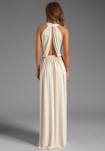 Muestra un poquito de espalda en este vestido de novia en color crema de Rachel Pally Kasil