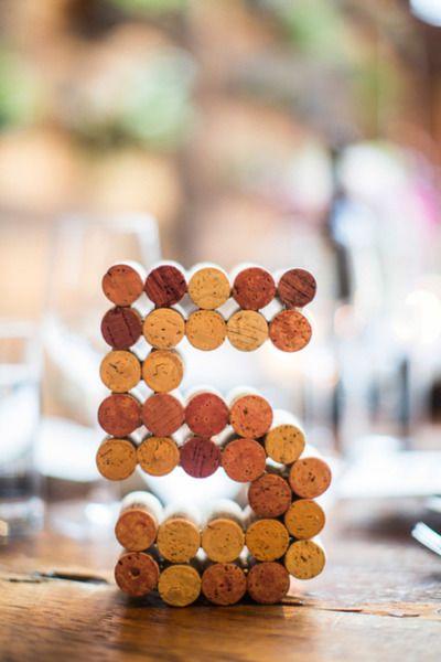 Estos números para mesas de boda con corchos se lucieron en una boda celebrada en el Brooklyn winery. Fotografia betsiewing.com