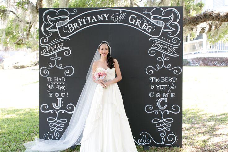 Precioso y moderno fondo pizarra para tu photocall de boda. Fotografía: Amalie Orrange Photography