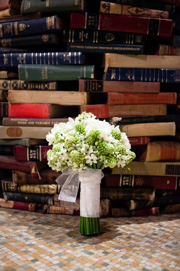 Bouquet de novia y libros. The Last Bookstore es uno de los lugares para bodas en Los Angeles mas originales