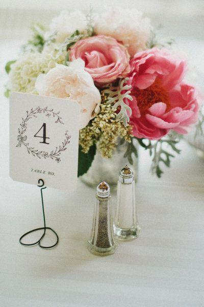Tradicionales pero no aburridos, estos números para mesas de boda imprimibles son muy económicos.