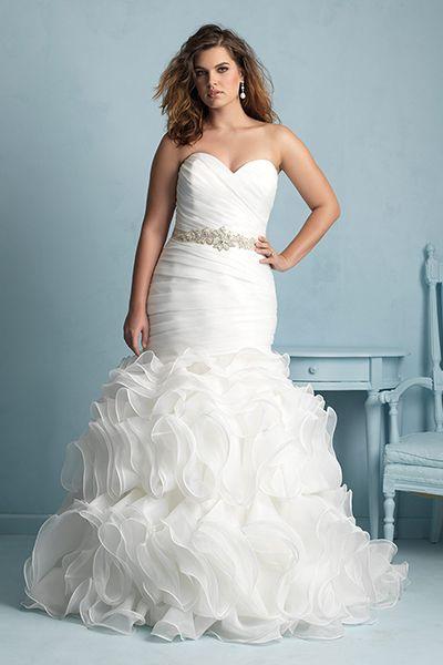 Un fabuloso vestido de Curvaceous Couture con corte sirena y volados que estilizan la figura de la novia