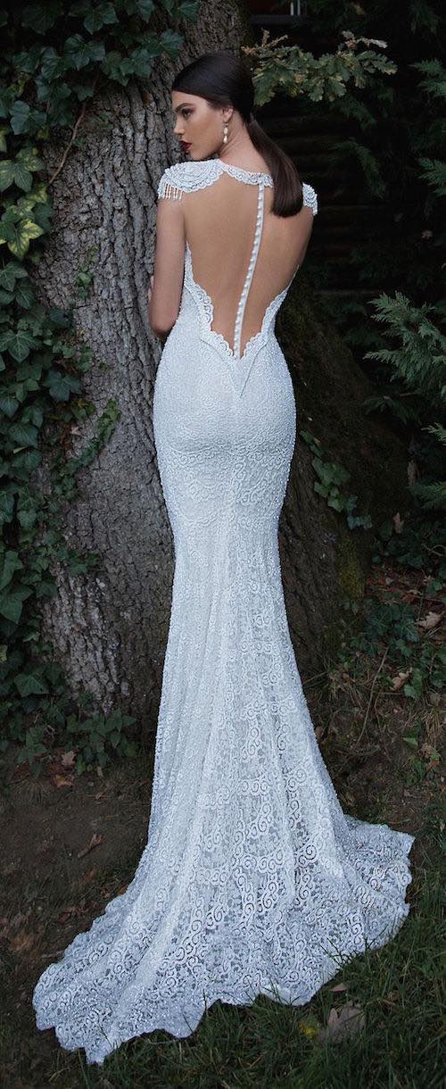 Corte sirena entallando la figura en este vestido de novia con espalda descubierta y perlas de Berta Bridal