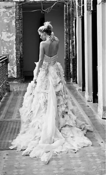 Vestido de novia de la colección Platino de Monique L'Huillier belleza y romanticismo de los volantes