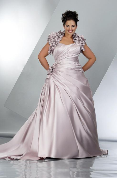 Vestido de novia para gorditas clasico y tradicional en satin y linea A escote corazón y cola catedral