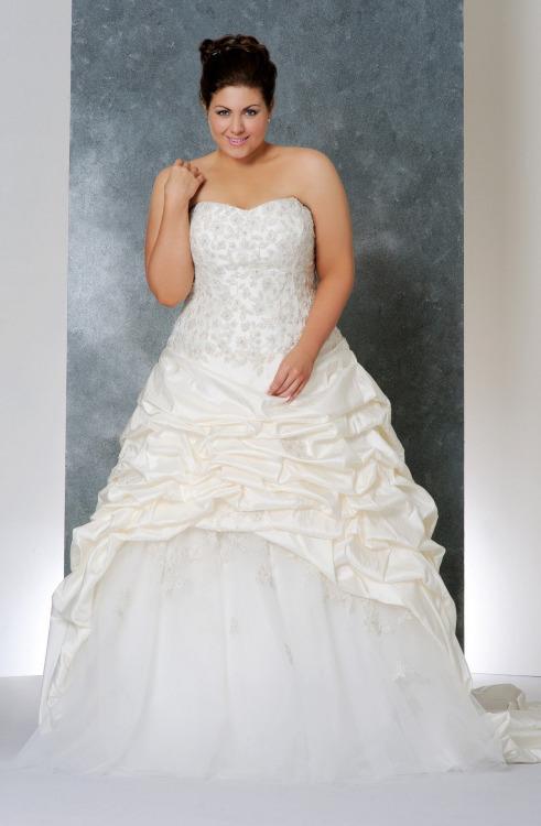 Vestido de novia para gorditas clasico y tradicional en tafetta y linea A escote corazon y cola catedral