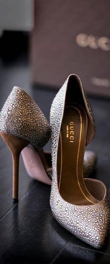 Elegantes incrustaciones de brillantes en estos zapatos para madrinas de boda de Gucci