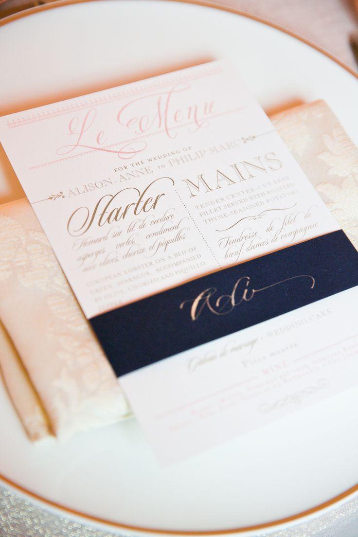 Para una boda en un castillo francés un menu para la recepción en rosa y azul marino - Fotografía: oneandonlyparisphotography.com