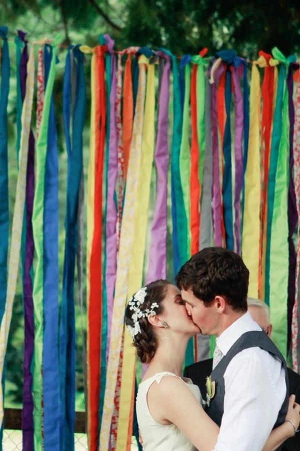 Photoboth con mucho colorido, cintas, y tules.
