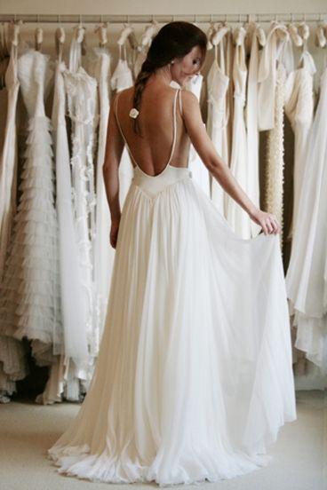 Romántico vestido de novia con espalda descubierta. Cándida sencillez para una boda veraniega.