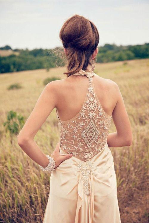 Vestido de novia con increible bordado en esta espalda descubierta. Elegante y descotado trabajo de Chaviano Couture