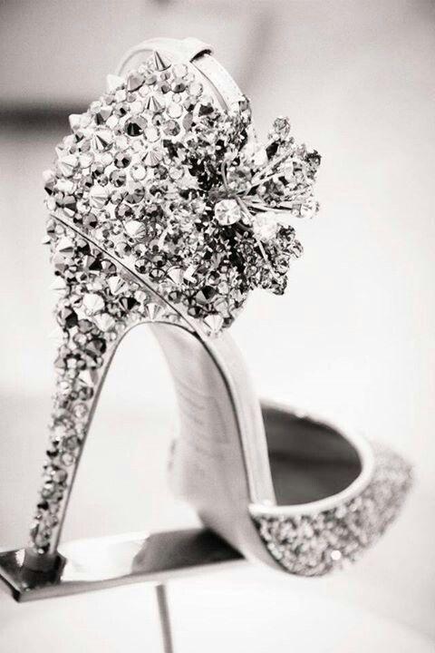Brillantes de envidia, zapatos para ir de boda con tacón de diamantes.