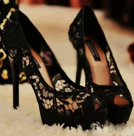 Elegante encaje con peep toe para lucir sensualidad en estos zapatos para madrinas