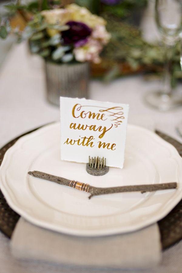 Invita a tus amigos a participar de tu viaje... aunque sea un poquito. Arreglo de mesa para una Wanderlust Wedding. Fotografía: Andie Freeman Photography