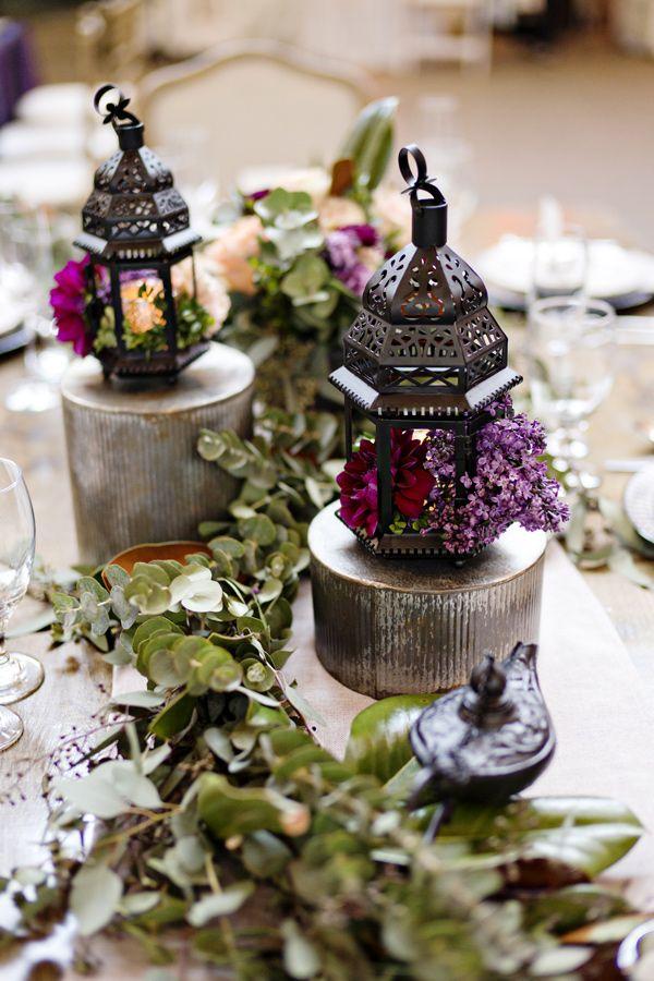 Arreglo floral estilo boho con helechos. Delicadas briseras de estilo marroquí. Fotografía: Andie Freeman