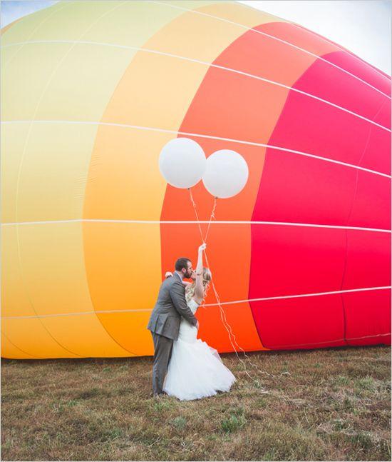 ¿Damos una vuelta en globo? Boda Wanderlust. Fotografía: Lauren Athalia Photography via weddingchicks.com