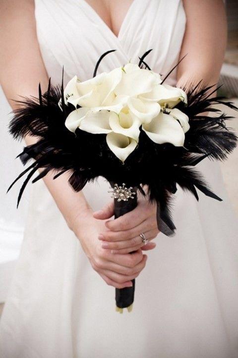 Cómo escoger el ramo de novia perfecto. Bouquet de novia estilo goth, dramático y chic, con calas y plumas. Foto: happywedd.com