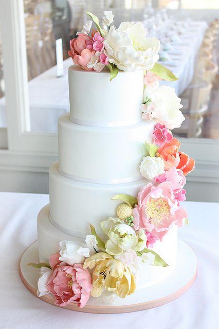 Cascada de peonias frescas en esta torta creada por Cake Inc. Fotografía: originhotos.com