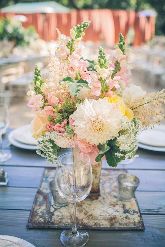 Centro de mesa con un arreglo floral en durazno rosa y menta. Foto: sbchic.com