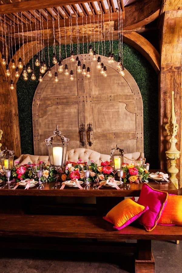 Cojines sobre cojines el este living de boda boho en Disney