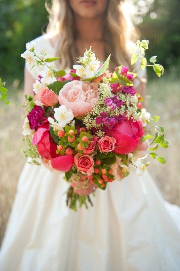 Cómo escoger el ramo de novia perfecto de acuerdo a tu estilo. Si eres una novia bohemia ya sabes cual elegirás: peonias, rosas y flores salvajes. Foto: itakeyou.co.uk