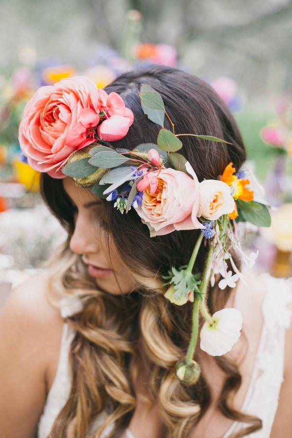 Corona de flores colorida y super boho sobre pelo suelto con rizos fotografiada por Alexandra Wallace