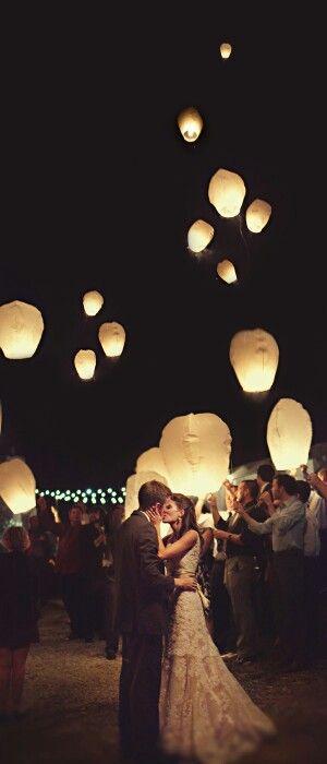 Decoración de bodas con globos iluminados, perfectos para una boda de noche al aire libre. Foto: weddingpartyapp.com