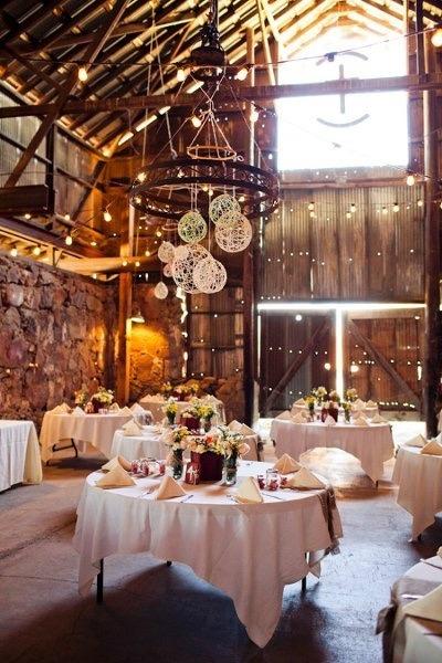 Una decoración de bodas con globos de papel iluminando el espacio le da elegancia y un