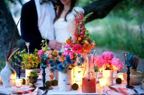 Flores silvestres, oro vintage, plumas y cardos en esta increíble boda boho en California