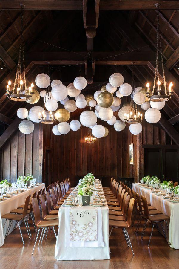 Alegría y formalidad. Globos blancos en el techo del salón de recepción decorado con inspiración botánica, en blanco y dorado. Foto: inspiredbythis.com