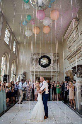 Romanticismo total. Globos de colores llenos de helio con cintas larguísimas. 32 Propuestas de Decoración de Bodas con Globos. Foto: luckymag.com