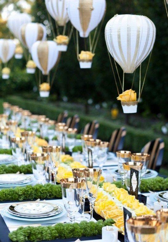 Impecable decoración al aire libre . Globos inflados con helio atados a vasitos con una flor