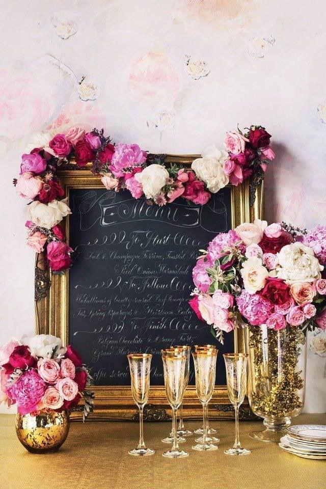 Guirnaldas de flores y mucho dorado para esta boda wanderlust.