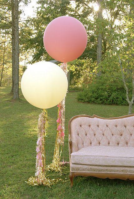 Impactante decoración con globos gigantes para esta boda al aire libre. 32 Propuestas de Decoración de Bodas con Globos. Foto: youmeantheworldtome.co.uk