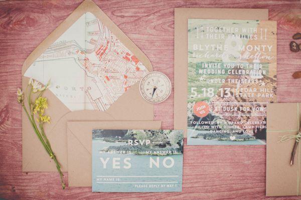 Invitaciones de boda inspiradas en un puerto con detalles en madera. Fotografía: Natalie Shelton Dallas via ruffledblog.com